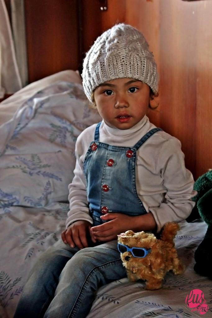 Una bambina uzbeka viaggia verso la propria casa a Tashkent con la famiglia.