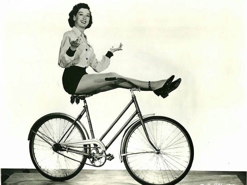 1950s-classic-photos-of-hollywood-actresses-ride-their-bikes-3